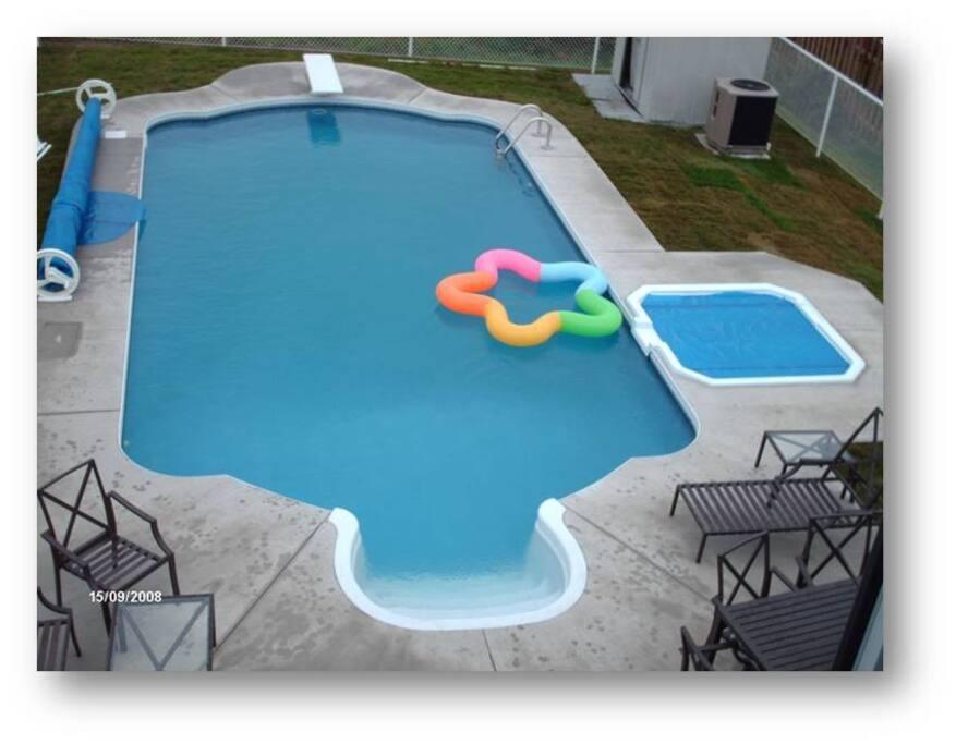 piscine creusée et jacuzzi. Set de patio, chaise longue, salon