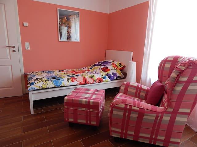 Modernes Zimmer bei Frankfurt, Offenbach, Hanau - Hainburg - Haus