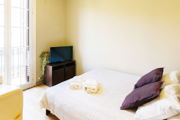 GREAT LOCATION AND BALCONY PRIVATE ROOM BARCELONA