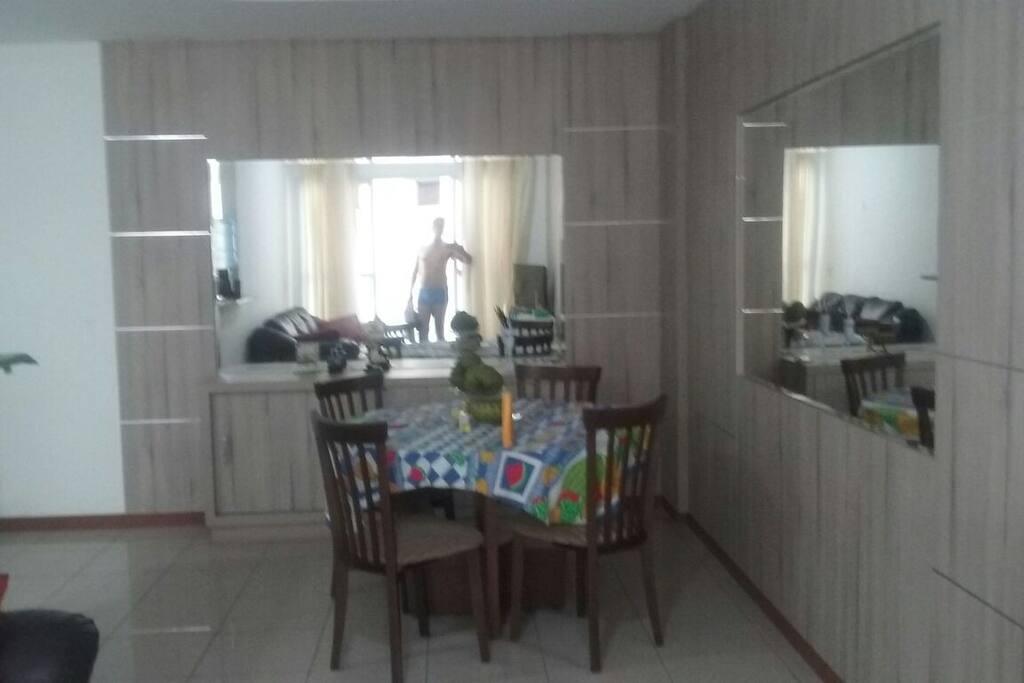 Sala jantar aconchegante,espaço arejado.
