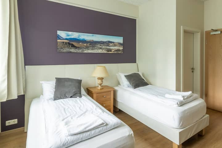 Superior twin room w. private bathroom in downtown Akureyri - Centrum Guesthouse