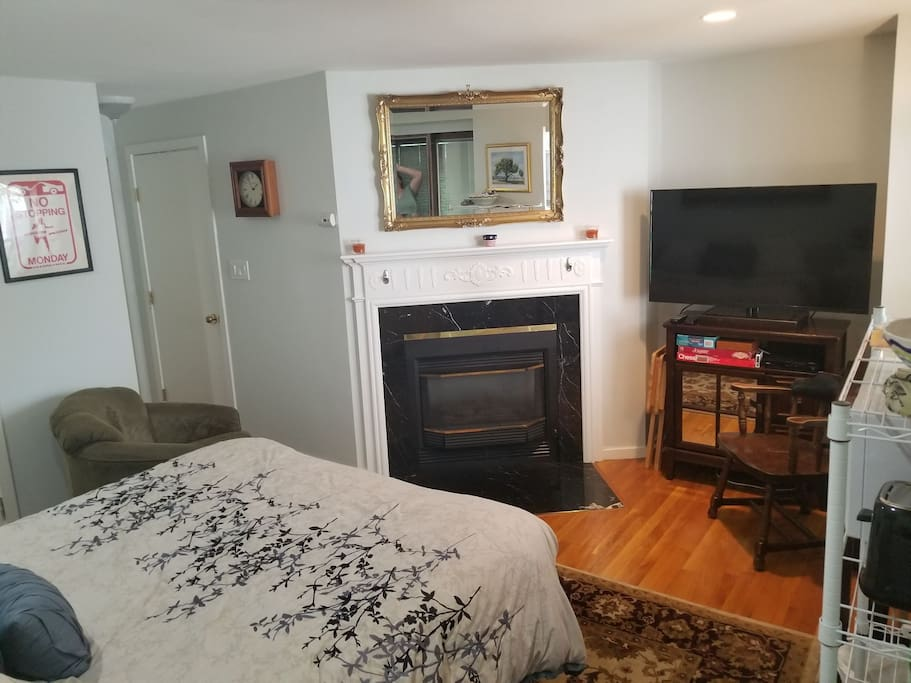 Gas fireplace, Cable TV, WiFi, Board Games, Swivel Chair