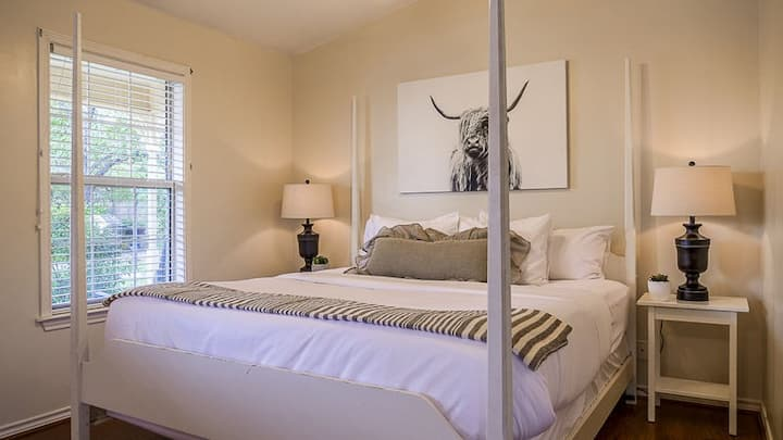 Main Street Retreat Kilt and Clover   King Bed    Shared Hot Tub/Pool Access