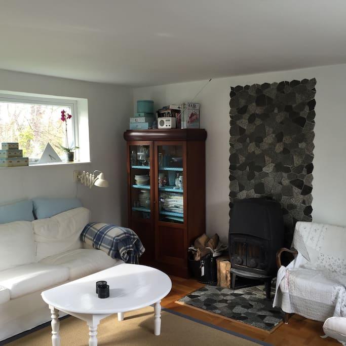 Hyggelig stue med brændeovn  og tv