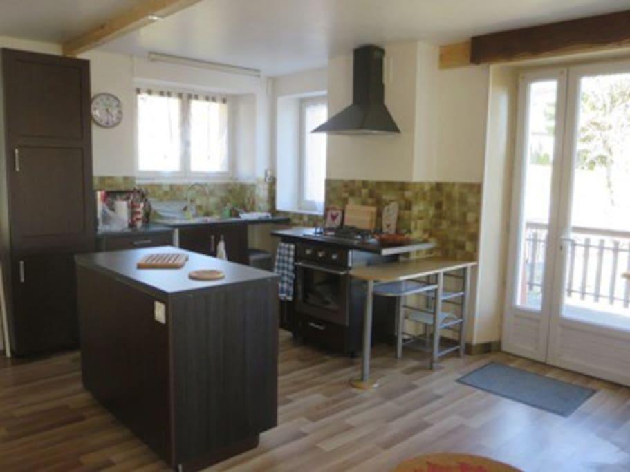 Cuisine équipée (grille pain, cafetière, four électrique, plaque gaz, service raclette, grand frigo et congélateur.