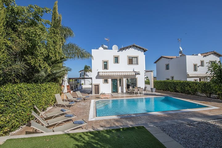 Villa Shanon, Stunning 3BDR villa with seaviews