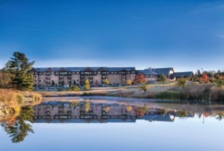 Three Bedroom Deluxe Luxury Condo, Glacier Canyon, (A698)