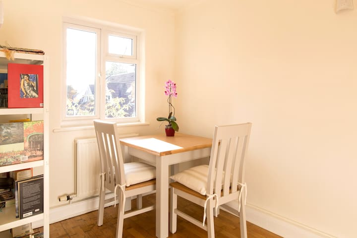 A double, south-facing room in North Oxford - Oxford - Byt