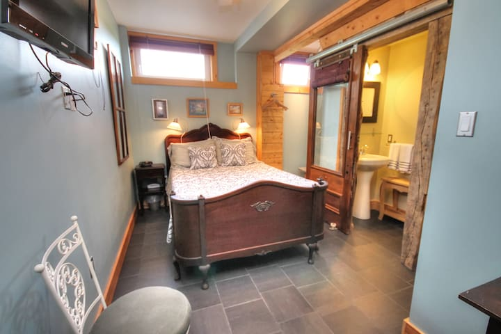 The SPRING ROOM - Blue Tin Roof Timber Frame B&B - Antigonish County - Bed & Breakfast