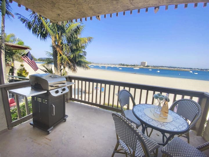 2020 Remodeled Waterfront Condo w/ Panoramic Water Views, Fast Wifi, and AC!