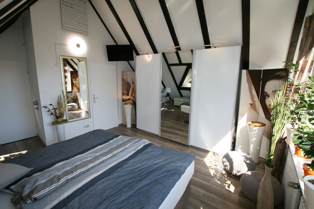 Schlafzimmer mit großem Schrank und TV