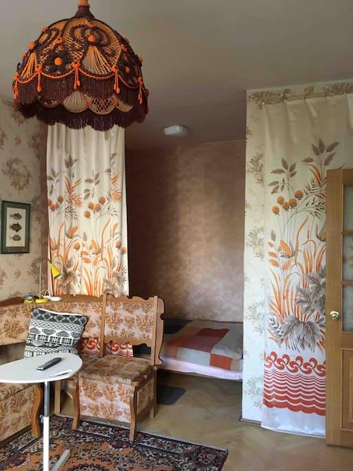основная комната выглядит вот так. Это гостиная с диванчком, телефизором и нишей для 2х спальной кровати. Комната проходная