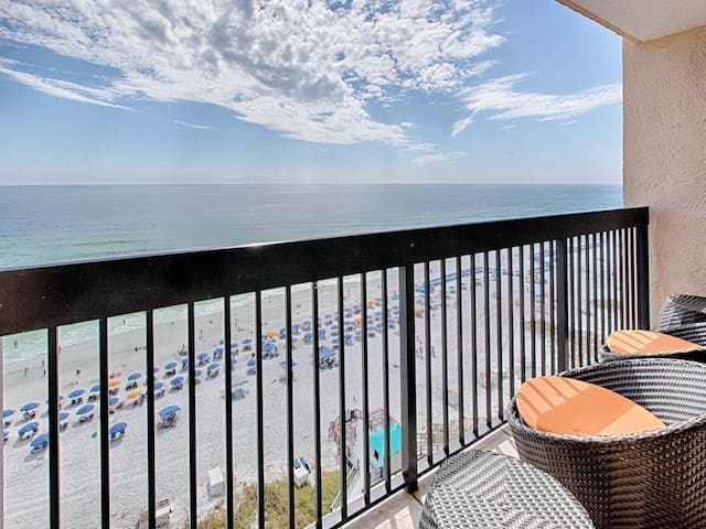 12th Floor Gorgeous Condo, Multiple pools & splash pad,On-site restaurant w/ bar