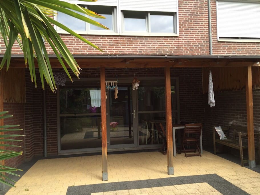 小院夏天可露天用餐,院外有一自家停车房。