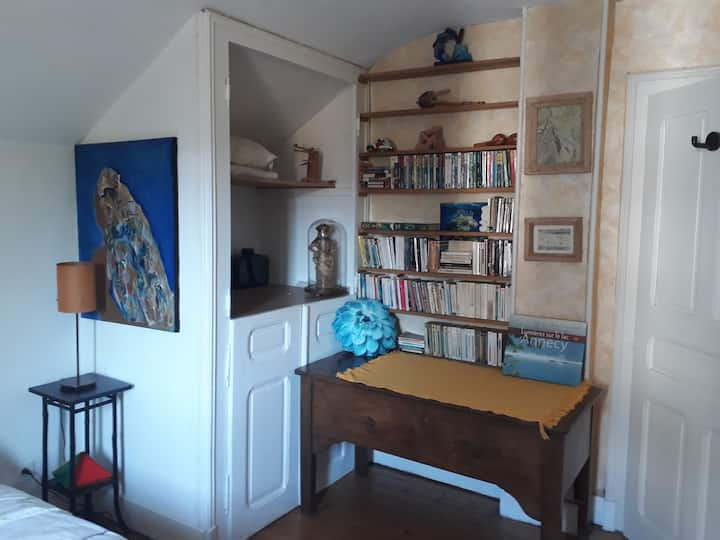 Chambre avec lit double dans maison d'artiste