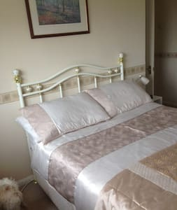 Comfortable room in beautiful North Wales - Greenfield - 一軒家