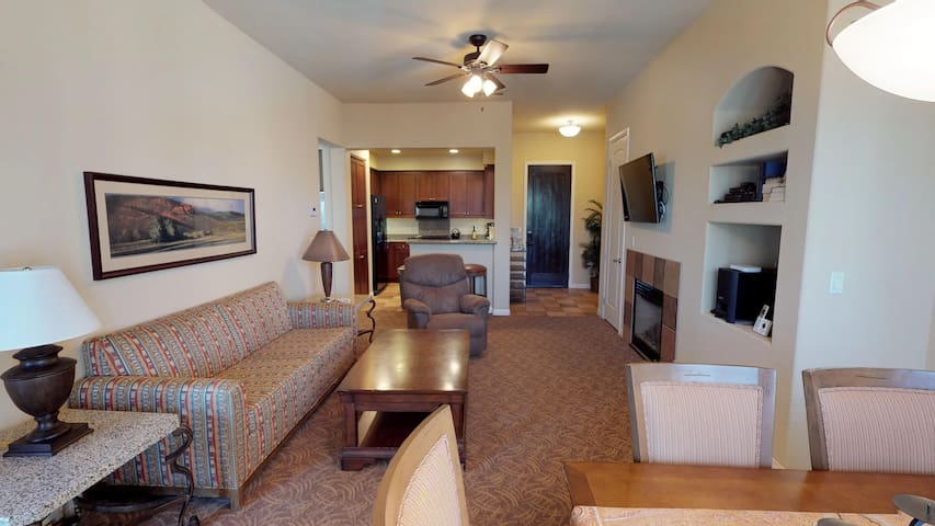(LV105) Upstairs One Bedroom Overlooking the Community Lap Pool