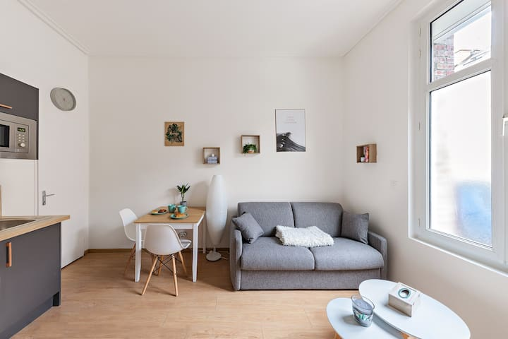 Ces vitres occultantes laisseront entrer la lumière tout en gardant une  intimité dans l'appartement. Si vous le souhaitez, baissez les volets électriques.  Vous pourrez enfin souffler après une longue journée !  Photo : https://draketamron.com/