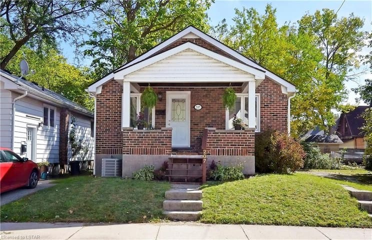 Entire 1 Story Home Close to All Amenities
