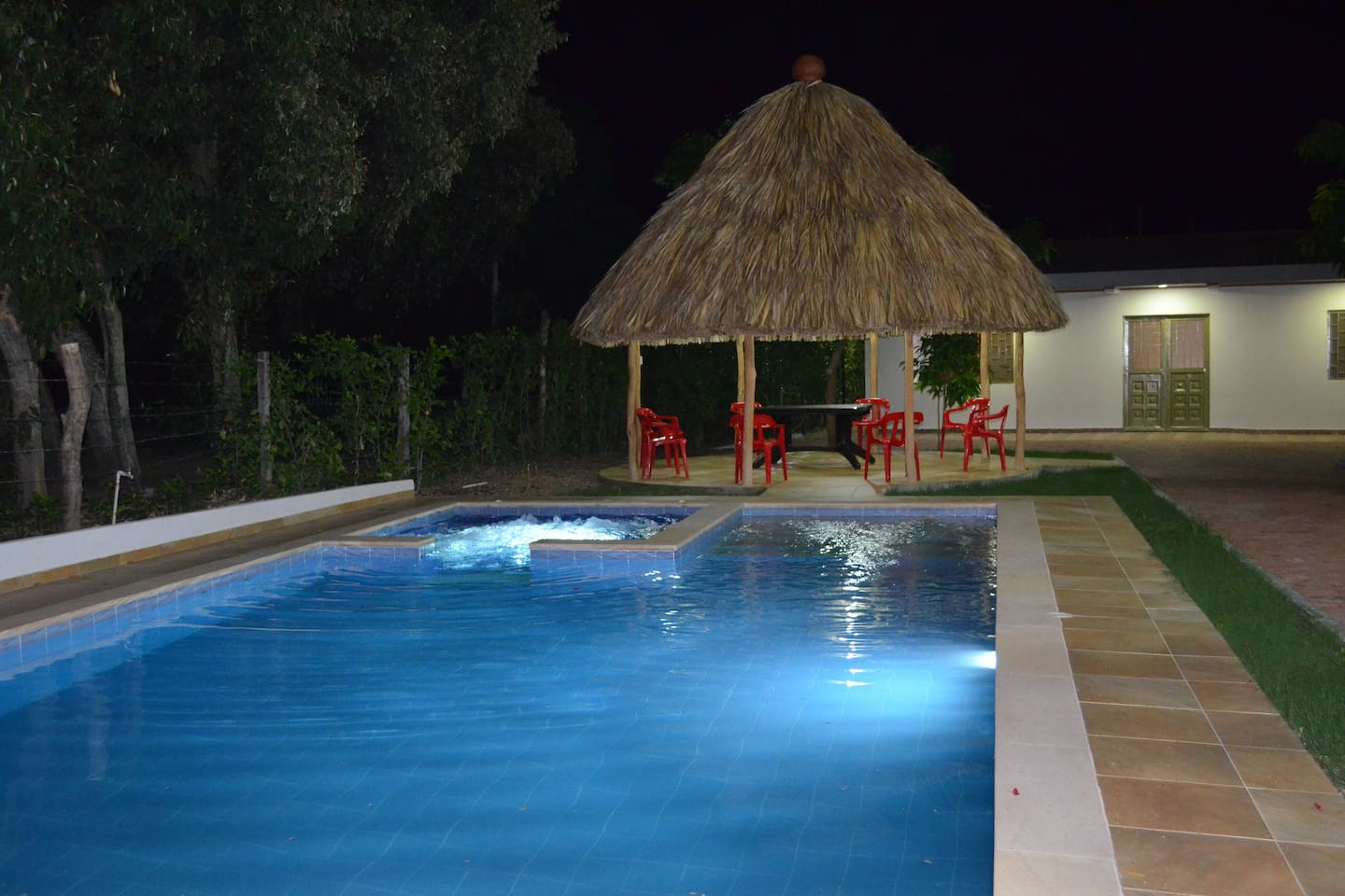 Piscina con jacuzzi, parasoles y asoleadoras, Kiosko con sillas y mesas a su comodidad/Pool with hot tub beach chairs and parasols, kiosk with tables and chairs at your disposition.