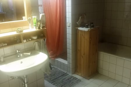 Zimmer + Küchen- und Badbenutzung - - Hus