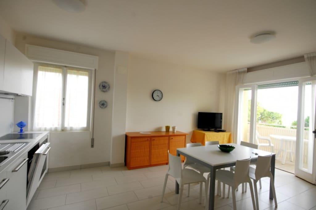 Soggiorno con angolo cottura | Living room with kitchen corner