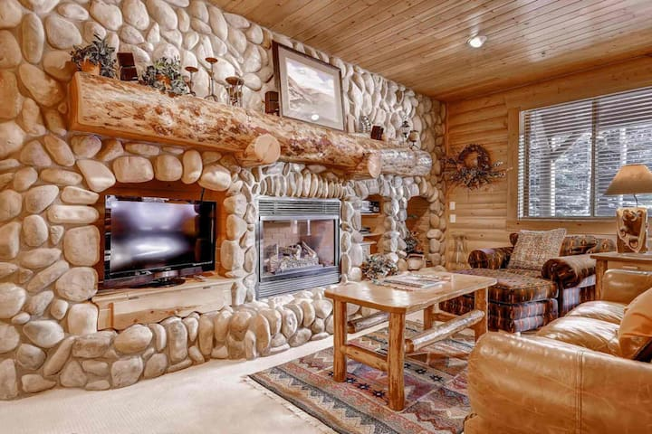 FREE Ski Rental! Walk to Lifts! 2 King Beds -Great For Families! Private Hot Tub! Feb Dates on Sale!