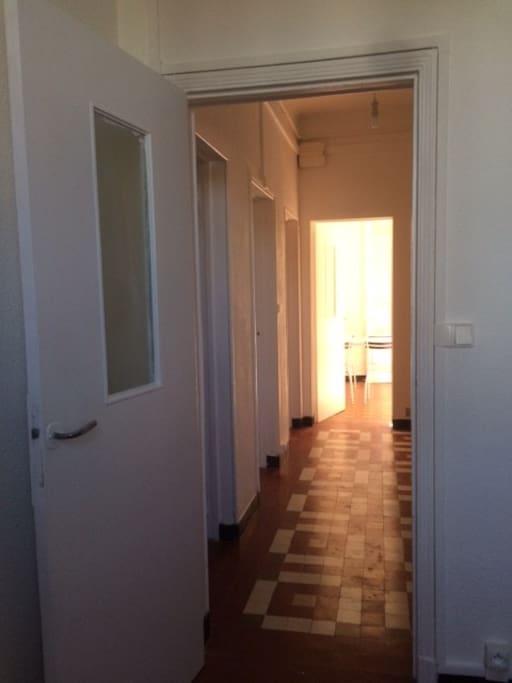 Un large couloir dessert chaque pièce