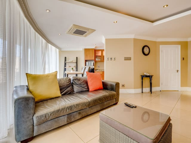 Large luxurious 1 bedroom apartment