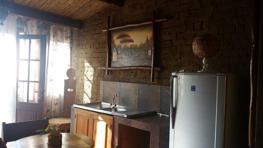 Le coin cuisine, avec frigo et l'évier