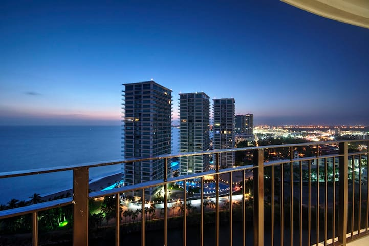 STUNNING 18TH FLOOR BEACHFRONT, BEAUTIFUL DECOR!!!