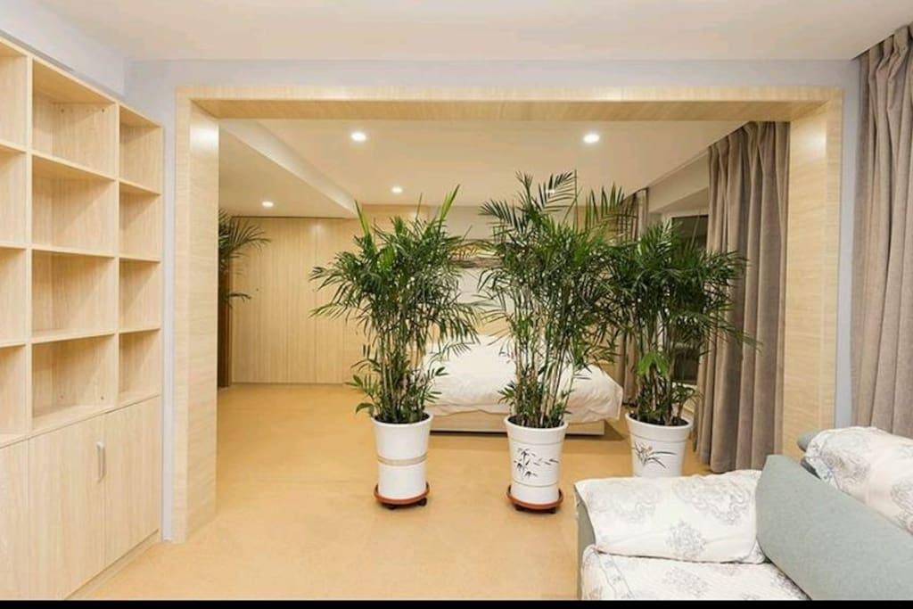 超大主卧,套房独立卫生间,更加方便,卧室内配有家庭型乒乓球桌!