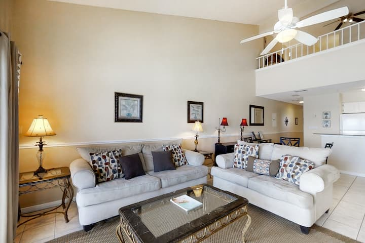 Gorgeous Gulf front Condo w/ Balcony w/ Outdoor Shower! Beach Equipment Included
