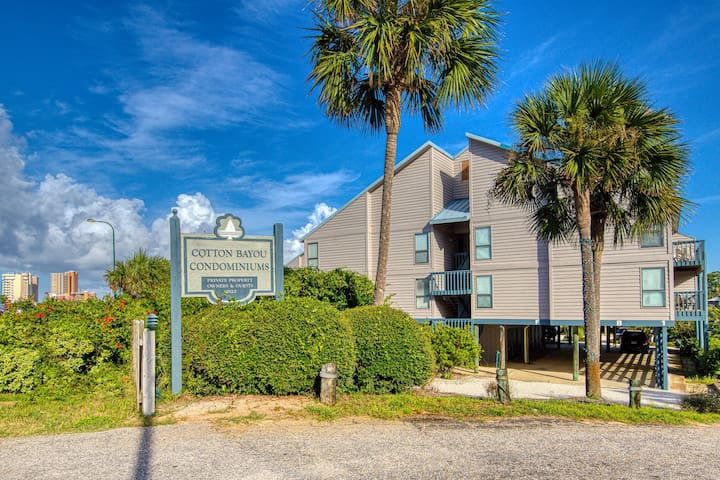 Bayou-side condo with shared pool and boat slips for fishing, free WiFi