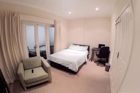 Amazing Double Room with Private Balcony & Toilet - London