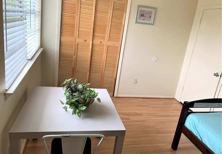 Cozy Private Twin bed  with 10 min  from Airport