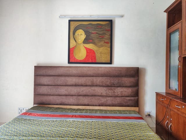 Cozy room with a balcony near hauz khas metro