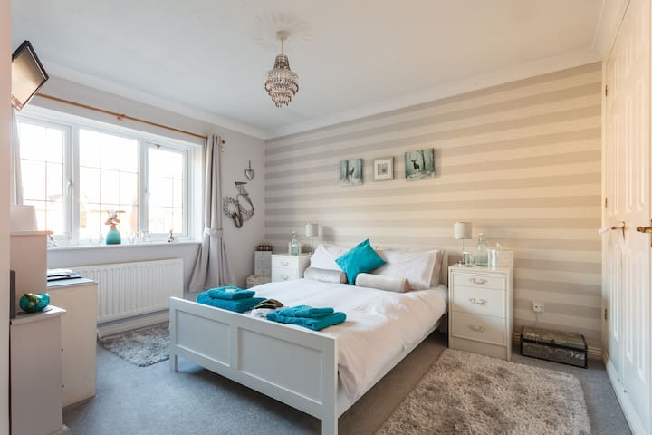 Ensuite double bedroom with parking