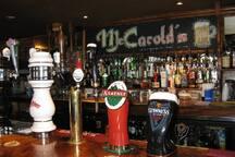 Pub Mc Carold's: Le célèbre irish pub de Côte-des-Neiges.  à 170 m/2 minutes a pie.