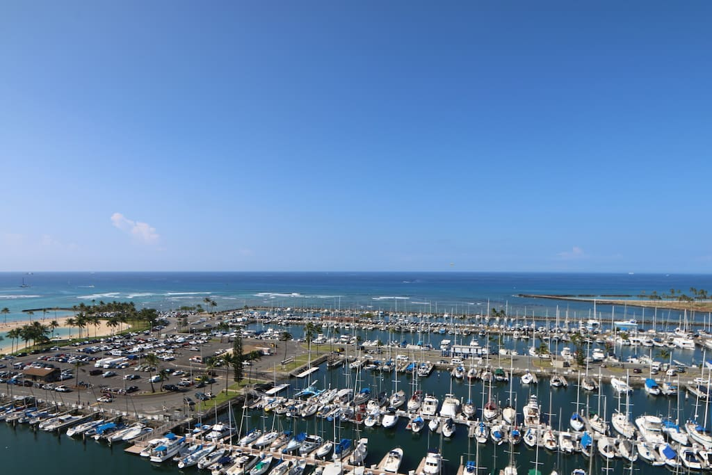 Wake up every day to an unobstructed view of the Hawaiian Ocean!