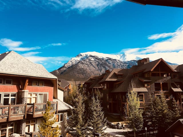 Top unit one-bed room with AC 3 bed resort Canmore