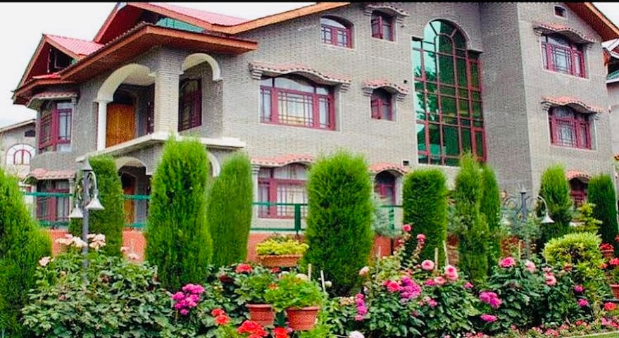 Lavishing Resort in Center Srinagar, Kashmir