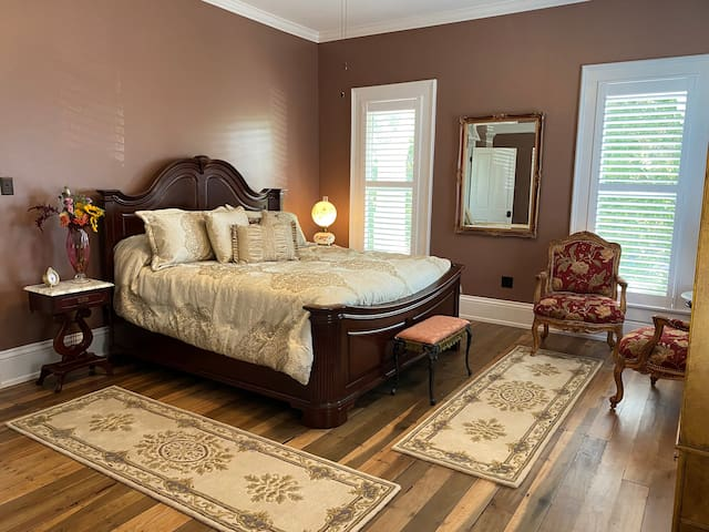 Belle Louise Historic Guest House - Queen Bee Room