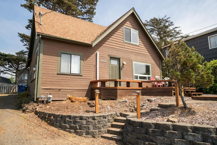 Experience the Beach in this Cozy 3 Bedroom Ocean View Cottage in Depoe Bay!
