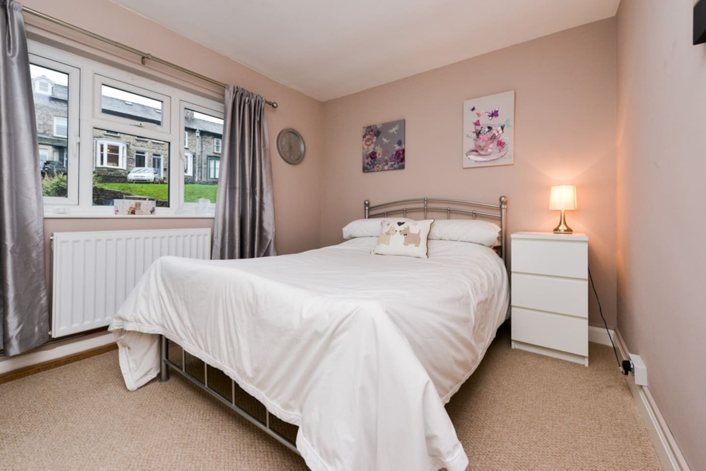 Quiet, light spacious double bedroom with tea/coffee making facilities