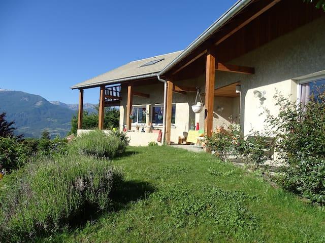 Maison avec vue sur les montagnes au calme - Embrun - Hus