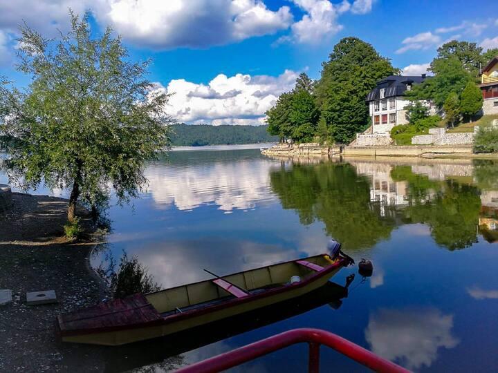 Modrac: Smještaj na samoj obali jezera