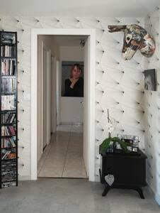 Chambre confortable avec balcon