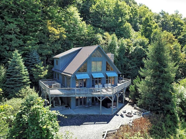 Bluff View Mountain Lodge-4 BR, 3 BA with VIEWS, HOT TUB, POOL TABLE, WIFI, FIRE PIT