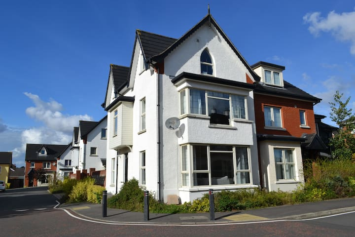 LUXURY NEW MODERN 4 BED 4 BATH TOWN HOUSE BELFAST! - Belfast - Casa